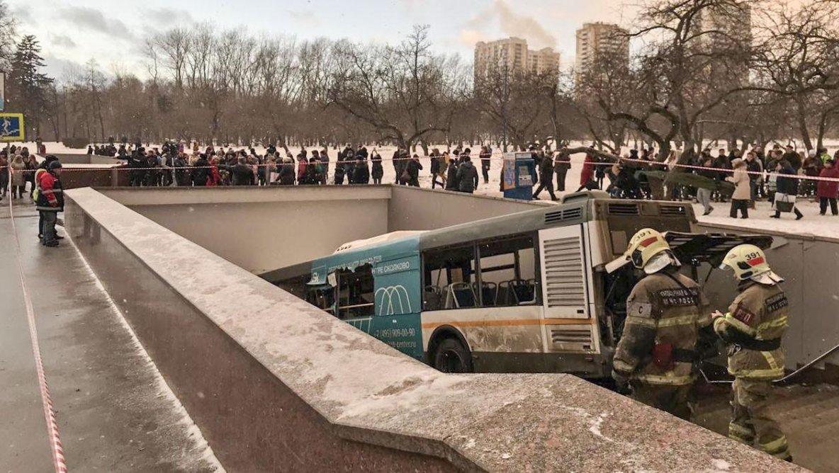 26-12-2017 - Russie - Moscou - Accident autocar - quatre morts et une dizaine de blessés. Un temps envisagée, la piste terroriste est désormais écartée.