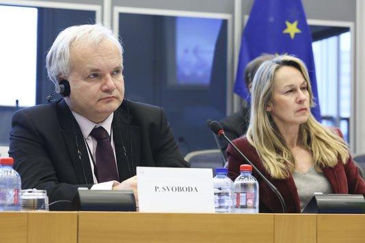 PS, LR et FN unis pour approuver la directive sur le secret des affaires