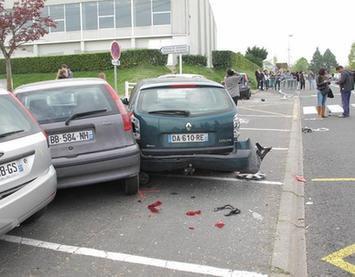 Le car fou dévale une rue au coeur de la cité scolaire