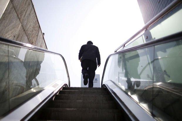 Pourquoi marcher sur un escalateur en panne donne le tournis - Sciences - LeVif Mobile