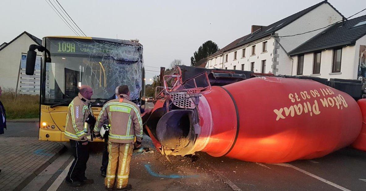 16-10-2017 - Charleroi Gozée - Thuin - Collision entre un bus TEC et un camion bétonneuse à Gozée