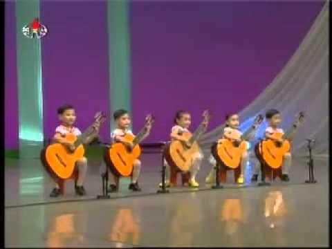 Des enfants jouent de la guitare et impressionnent par leur talent