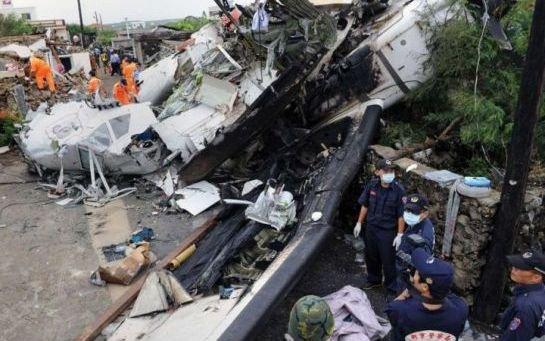 EN IMAGES. Taïwan : un avion s'écrase sur deux maisons près d'un aéroport
