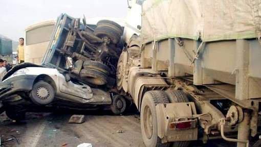 13 morts dans une collision entre un camion et un minibus en Algérie