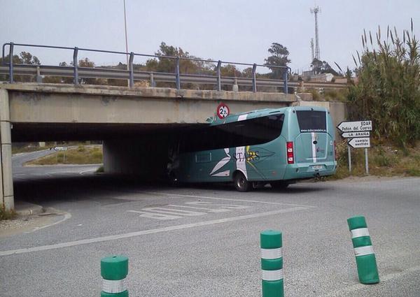Un autob�s se empotra contra un puente en M�laga al intentar pasar por debajo
