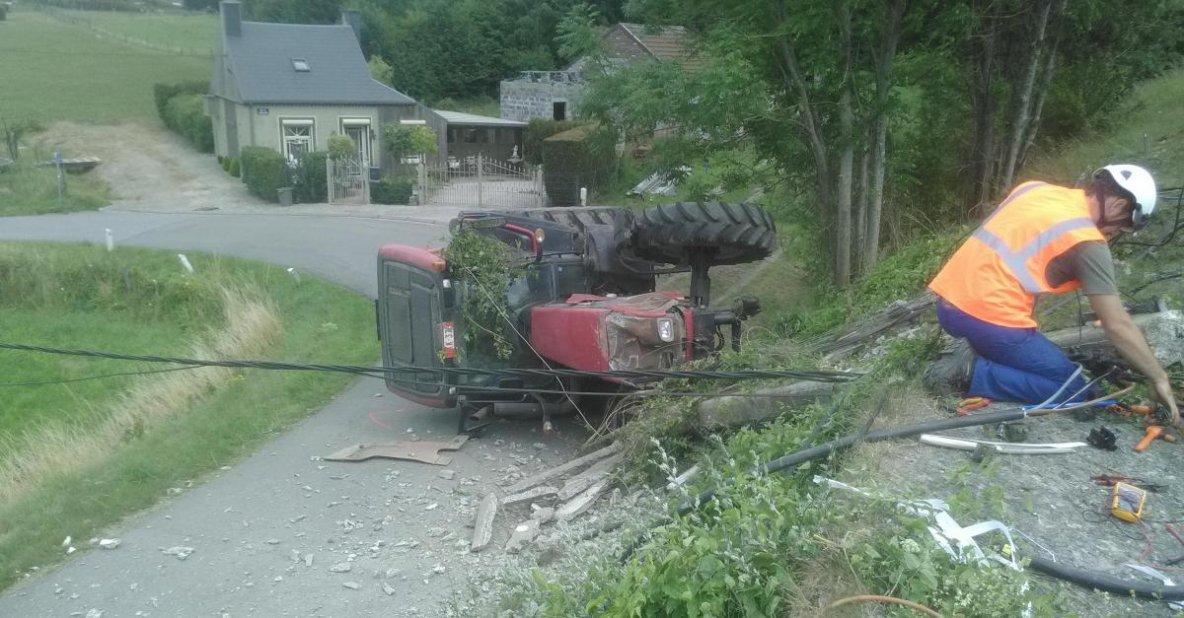 21-07-2017 - Sambre-Meuse - Chimay - Rance - un impressionnant accident s'est produit sur la N53 à la limite entre Rance et Chimay. Un tracteur a percuté un poteau avant de tomber en contrebas de la chaussée.