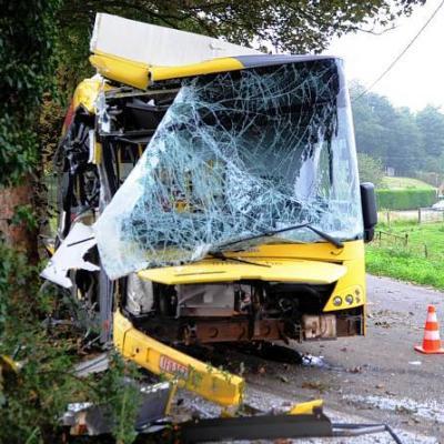 Maubray (Antoing): un bus des TEC se crashe au pont des Imbéciles