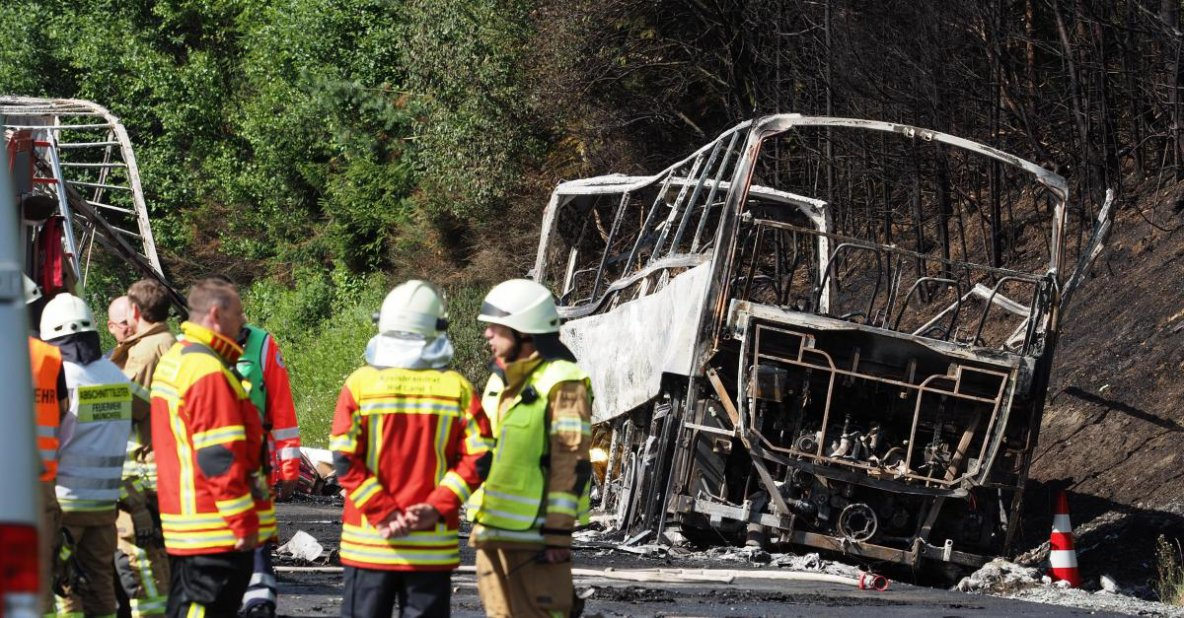 03-07-2017 - Allemagne - Bavière - Grave accident d'autocar dans le sud de l'Allemagne: 18 morts piégés par les flammes, les 2 chauffeurs de cars sont décédés.