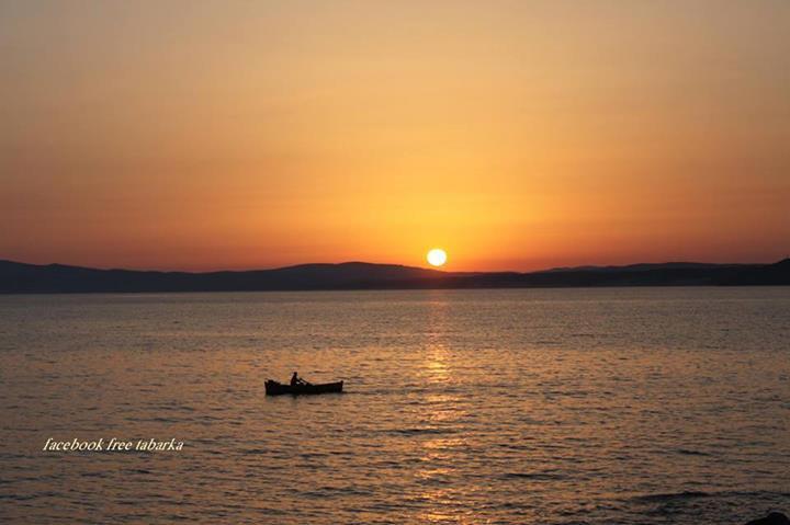 etre seul dans une barque en train de regarder le couché de soleil !!