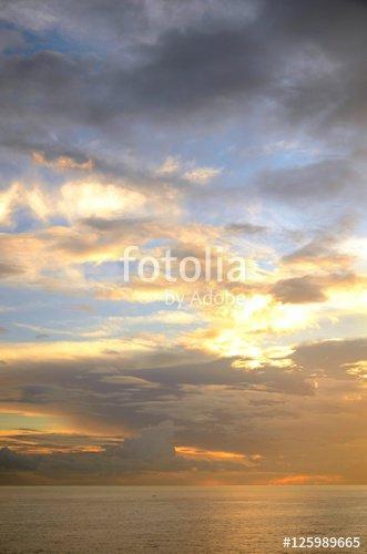 """""""Ciel : Lever de soleil à Playa de Los Cancajos"""" photo libre de droits sur la banque d'images Fotolia.com - Image 125989665"""