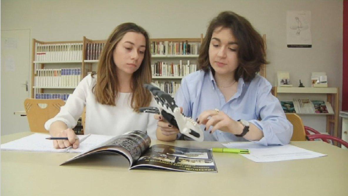 Châteauroux: deux lycéennes créent une main en 3D pour un camarade handicapé