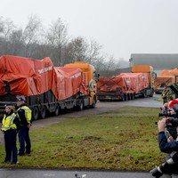 Les débris du vol MH17 arrivent à une base néerlandaise pour une reconstitution