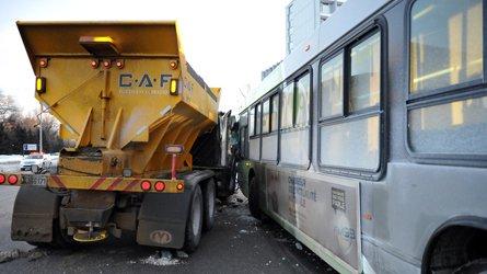 Violente collision entre un autobus et une déneigeuse
