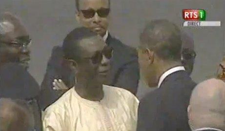 Vidéo – Départ de Obama de Dakar: Youssou Ndour ravit encore une fois la vedette à Macky Sall. Regardez
