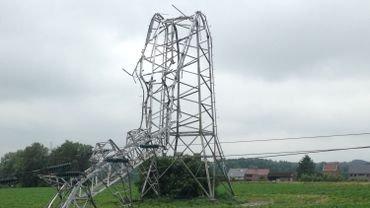 Quatre pylônes à haute tension pliés par le vent à Gouy-lez-Piéton
