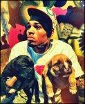 Chris portant ses deux petits chiots : Basquiat & Bruno