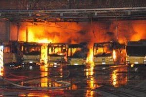 Vingt-cinq bus détruits dans un incendie au dépôt TEC de Charleroi - lanouvellegazette.be