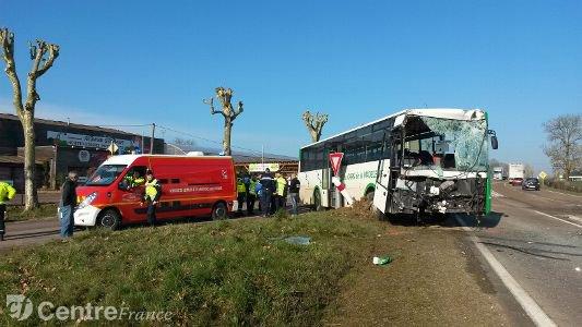Deux blessés légers dans un choc entre un camion et un bus scolaire