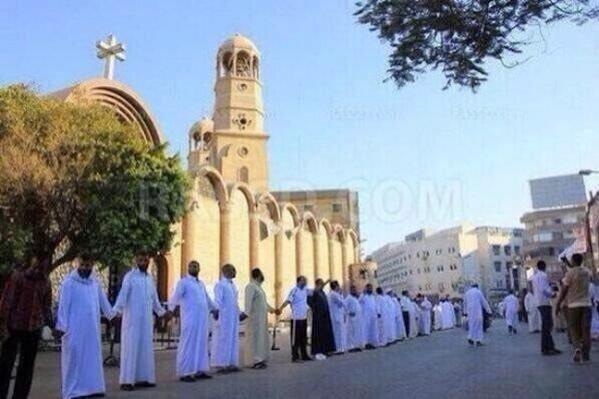 Des Musulmans protégeant une Eglise lors de la messe au Caire en Egypte