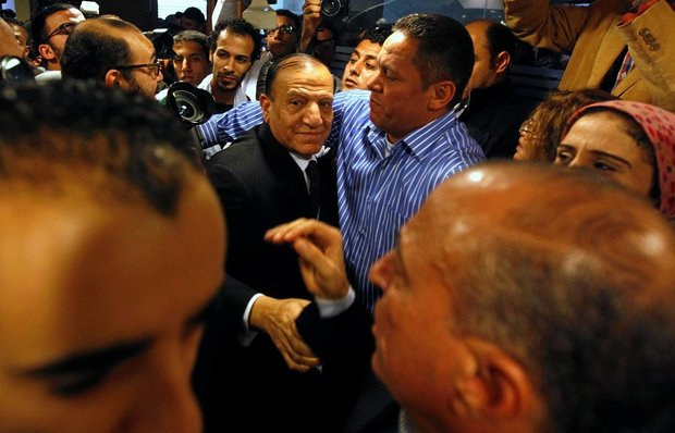 Egypt's last major challenger to Sisi drops presidential bid after his arrest #EgyptVote Military says former chief of staff Sami Anan wants to drive wedge between army and people   MEE and agencies's picture MEE and agencies Tuesday 23 January 2018 12:01 UTC Last update: Tuesday 23 January 2018 17:37 UTC