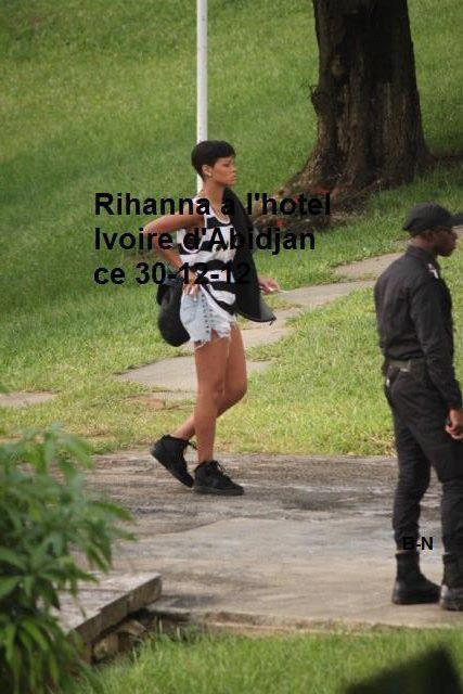 Rihanna devant son hôtel à Abidjan