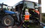 Spectaculaire accident entre un tracteur et un bus scolaire, hier - Actualité Saint Omer - Pas-de-Calais - La Voix du Nord