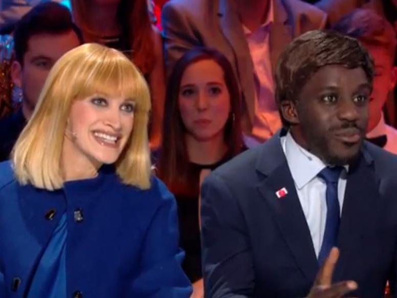 """Quand la télé publique belge se moque ouvertement de Brigitte et Emmanuel Macron  Closer • il y a 5 heures  Chez nos voisins les Belges, on s'intéresse à l'actualité française. La preuve : sur le plateau de l'émission """"Très très Grand Cactus"""" diffusée sur la RTBF, l'humoristeKodys'est plongé dans la peau d'Emmanuel Macron"""