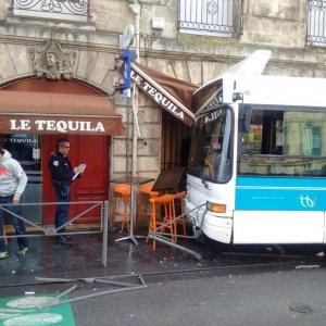 France Bleu | Bordeaux : un bus dans la vitrine du bar PMU