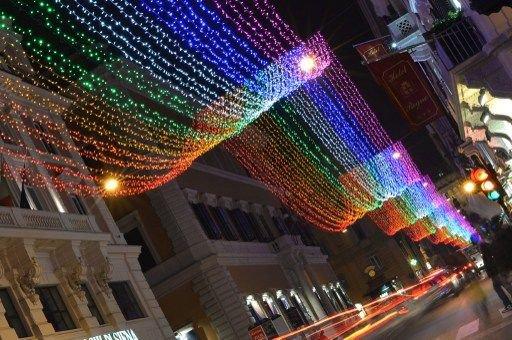 La principale rue de Rome s'illumine aux couleurs de l'arc-en-ciel