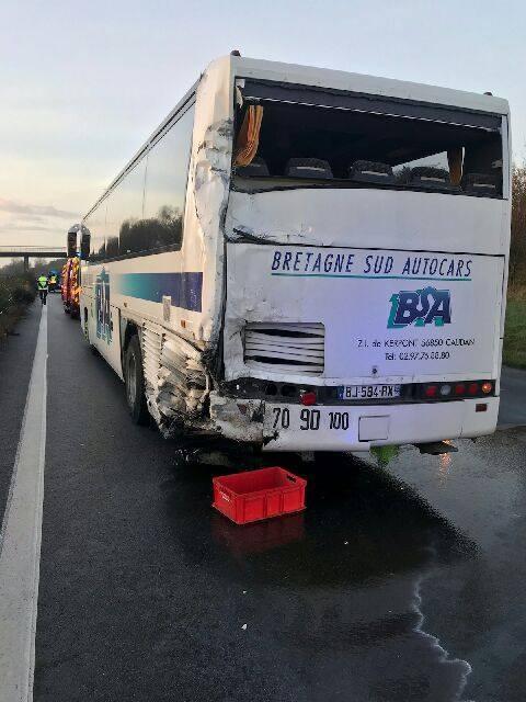 Brandérion : collision spectaculaire entre un bus scolaire et une camionnette, aucun blessé