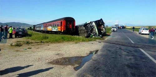 Train crashes with a bus, 36 wounded in the east of FYROM