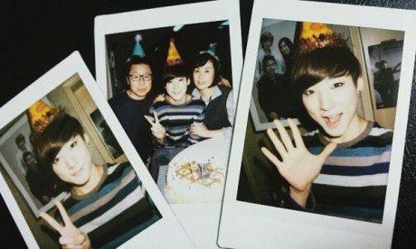 Kevin qui fête  son anniv' avec ses parents!!:D
