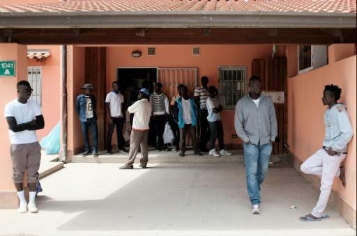 En Italie, des migrants déboussolés aident de vieux Siciliens