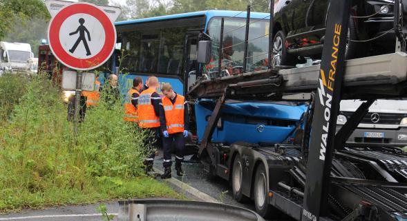 Verquigneul: collision entre un bus et un semi-remorque, la conductrice coincée aux jambes