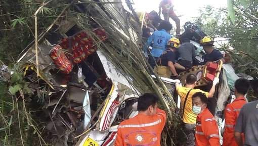 Douze morts dans l'accident d'un car de touristes en Thaïlande