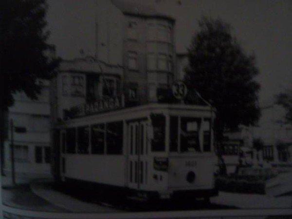 Au terminus du tram 33, situé square Henri Rey et dont il est question dans une chanson de Jacques Brel