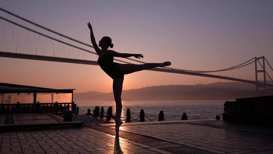 PHOTO – Des danseuses en tutu au pied de Galata, dans une rue de Moda…
