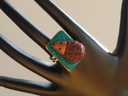 Bague hérisson sur son éponge en fimo réglable : Bague par jl-bijoux-creation