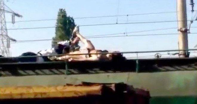 Joven muere electrocutada tras tomarse una selfie en un tren