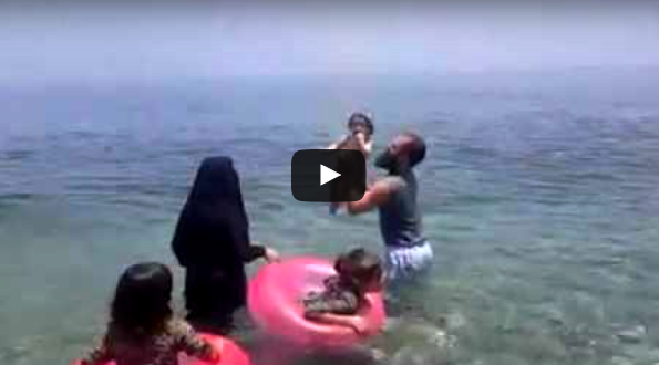 الشيخ رضوان بن عبد السلام يتمتع بالسباحة في احد الشواطئ مع زوجته واطفاله