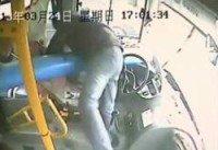 Le chanceux du jour: un chauffeur de bus se prend un lampadaire - 2 videos