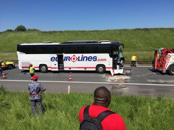 26-05-2017 - Un accident impliquant un bus de touristes polonais est survenu  sur la E17 à hauteur de Aalbeke (Courtrai, Flandre occidentale)