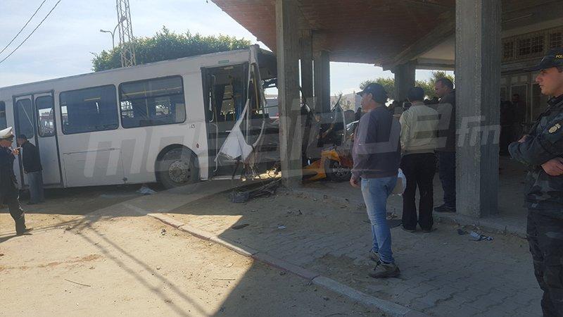 22-03-2017 - Tunisie - Mahdia - El Hkaima - Un bus percute la façade d'un café à Mahdia: 1 mort et 10 blessés