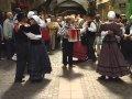 Les danses folkloriquess se pratiquent pêle-mêle, traditionnelles, populaires non traditionnelles et anciennes. Ces danses viennent des traditions populaire