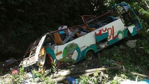 Plus de 15 morts dans la chute d'un bus dans un ravin