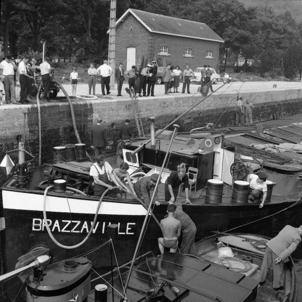 NAMUR - La batellerie en 1960 - Le BRAZZAVILLE est victime d'une voie d'eau ...