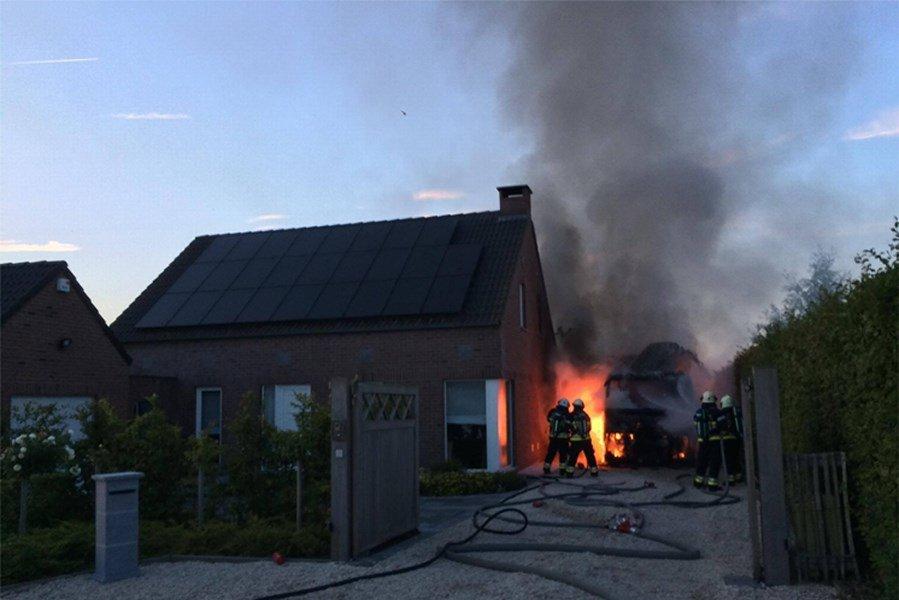 La cabine d'un poids lourd stationné dans l'allée d'une villa était totalement en feu, mercredi soir. Fort heureusement, l'incendie ne s'est pas propagé…