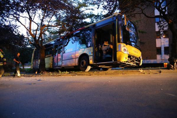 Salzinnes: un bus à l'arrêt descend tout seul une pente et finit sa course sur un talus