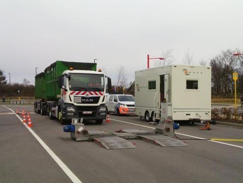 Collision entre un car scolaire et un camion à Olne: un blessé