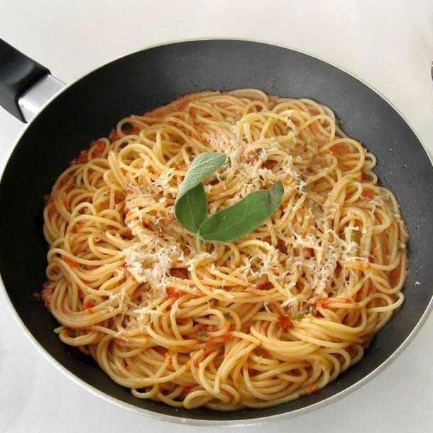Spaghetti à la tomate fraîche et sauge facile